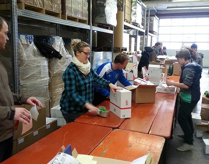 Fleißige Helfer beim Packen des Musterpakets