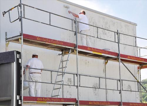 Arbeiten an Hallenfassade