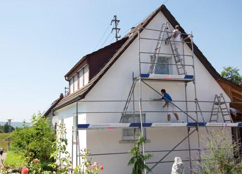 Malerarbeiten an der Fassade mit Feinkrepp