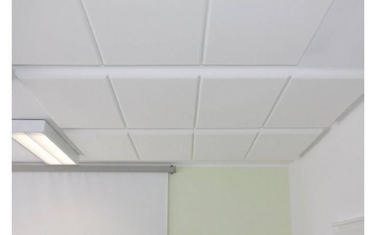 Weiße Akustikdämmplatte mit gradlinigem Kantenschliff