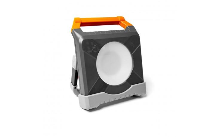 LED Strahler mit zwei integrierten, spritzwassergeschützten Steckdosen.