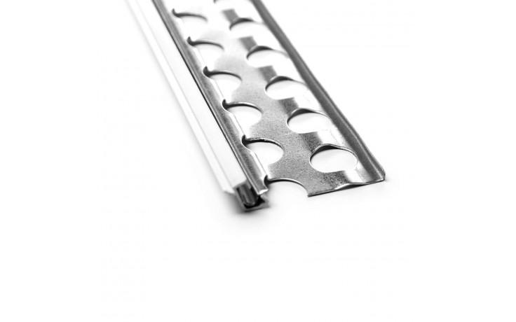Besonders stabiles Sockelabschlussprofil für den Außenputz mit Hart-PVC-Überzug